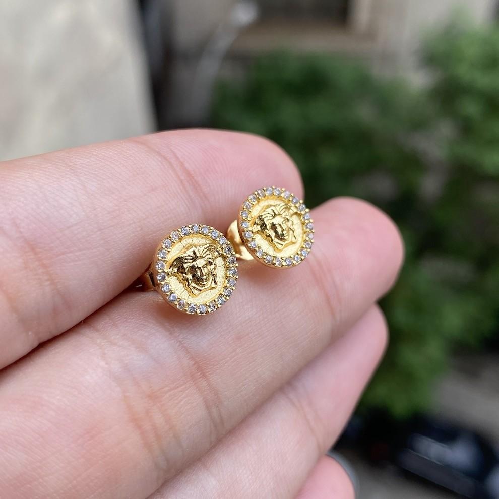 Brinco Medalha Medusa Cravejado em Zircônia 10mm (Banho Ouro 24k)