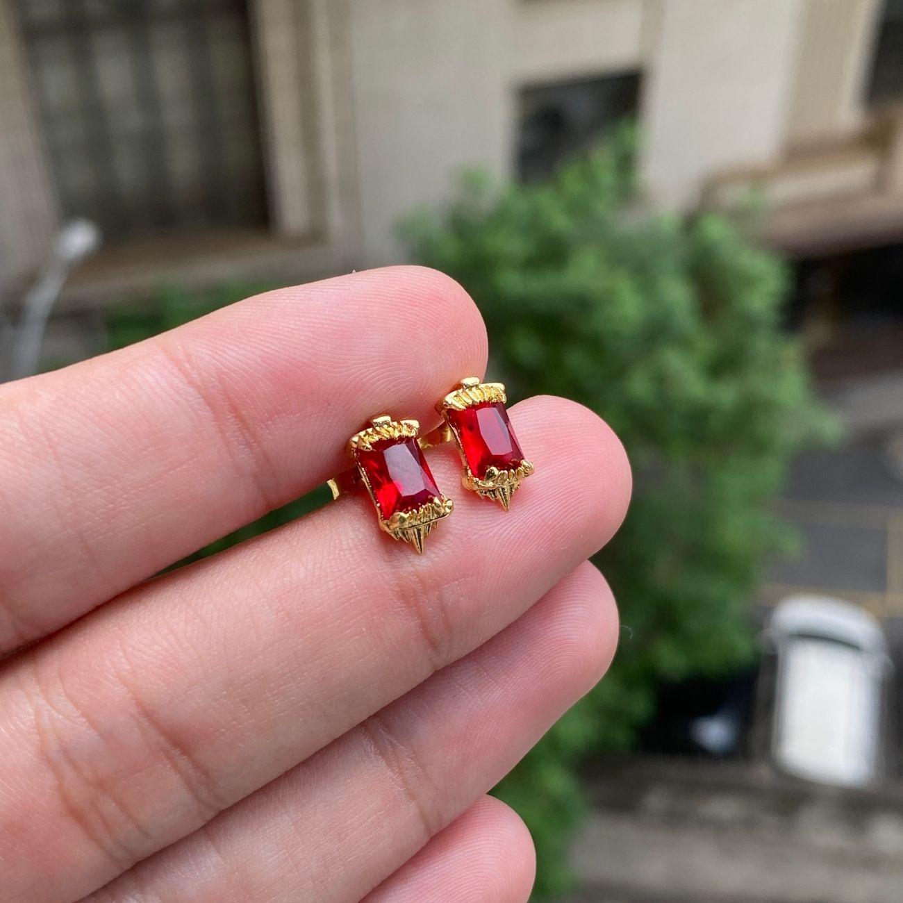 Brinco Presa de Tigre em Zircônia Vermelha 6mm X 11mm (Banho Ouro 24k)