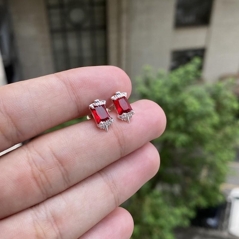 Brinco Presa de Tigre em Zircônia Vermelha (6mmX11mm) (Banho Prata 925)