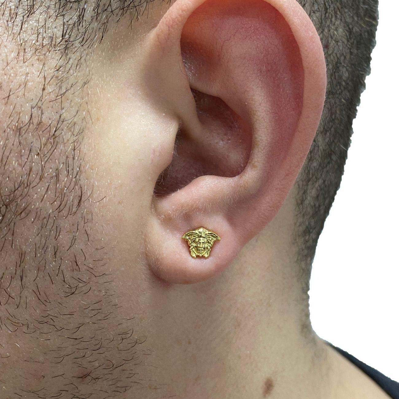 Brinco Rosto Medusa (0,7cmX0,9cm) (Banho Ouro 24k)