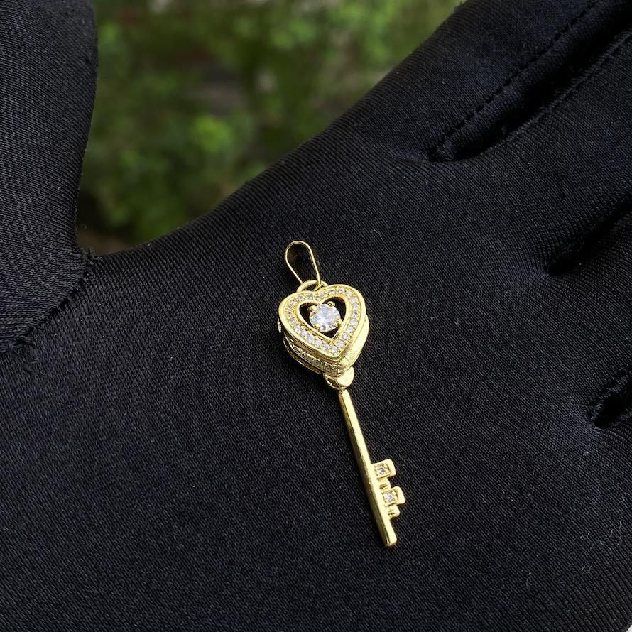 kit Colar Elo Portugues 2,8mm 45cm + Pingente Coração Chave Cravejado em Zircônia 3,5x1,1cm