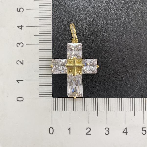 kit Corrente Carrier Cadeado 8,2mm 60cm (35g) (Fecho Gaveta Duplo) + Pingente Cruz Com Pedras Quadradas (8g) (3,3cm X 2,6cm)