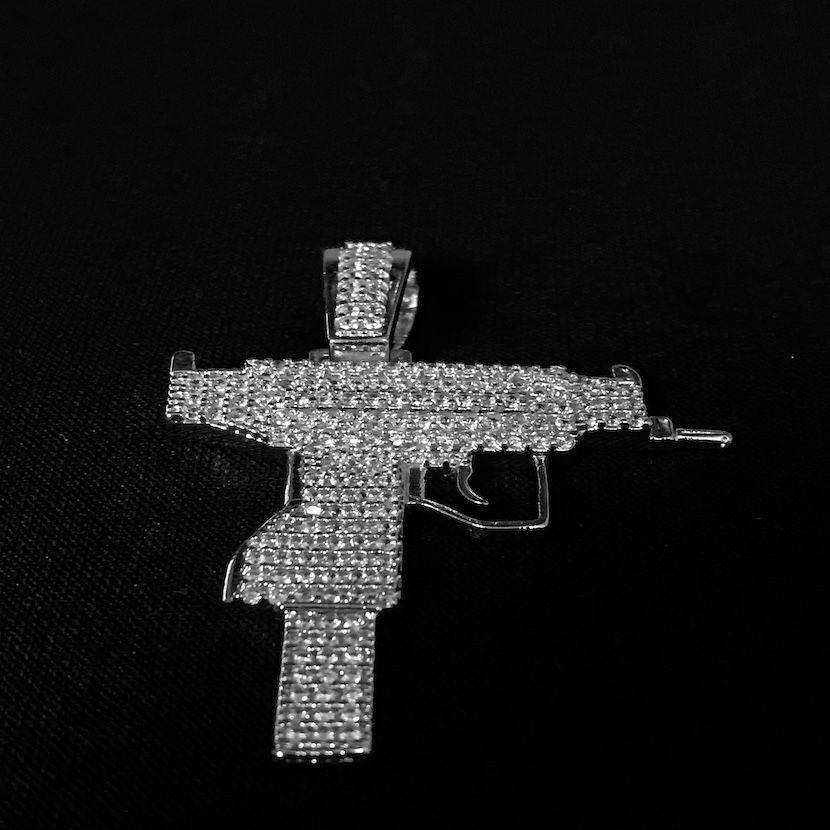 Pingente Arma UZI Cravejado em Zircônia 3,7cm X 3,5cm (Prata)