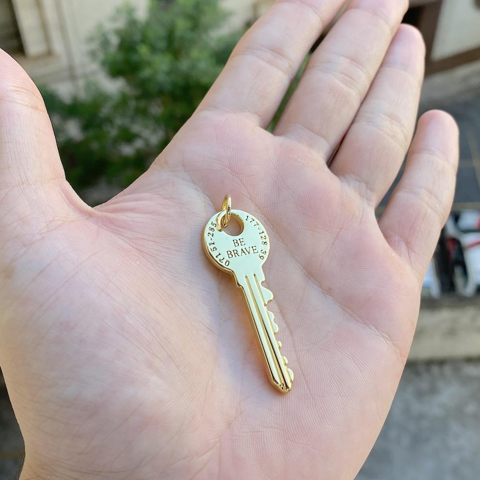 Pingente Chave Maciça (4,7cmX1,7cm) (4,5g) (Banho Ouro 24k)