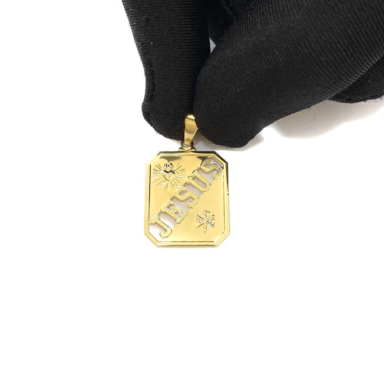 Pingente Placa Escrita Jesus Vazada (2,8cmX2cm) (Banho Ouro 24k)