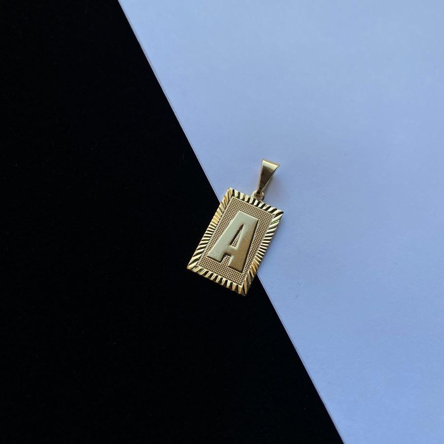 Pingente Placa Letra (2cmX1,2cm) (Banho Ouro 24k) (Entre e escolha a sua Letra)