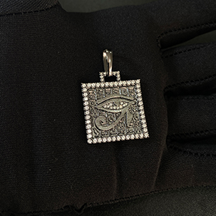 Pingente Placa Olho de Hórus Cravejado em Zircônia (2,8cmX2,4cm) (7,9g) (Banho de Ônix)