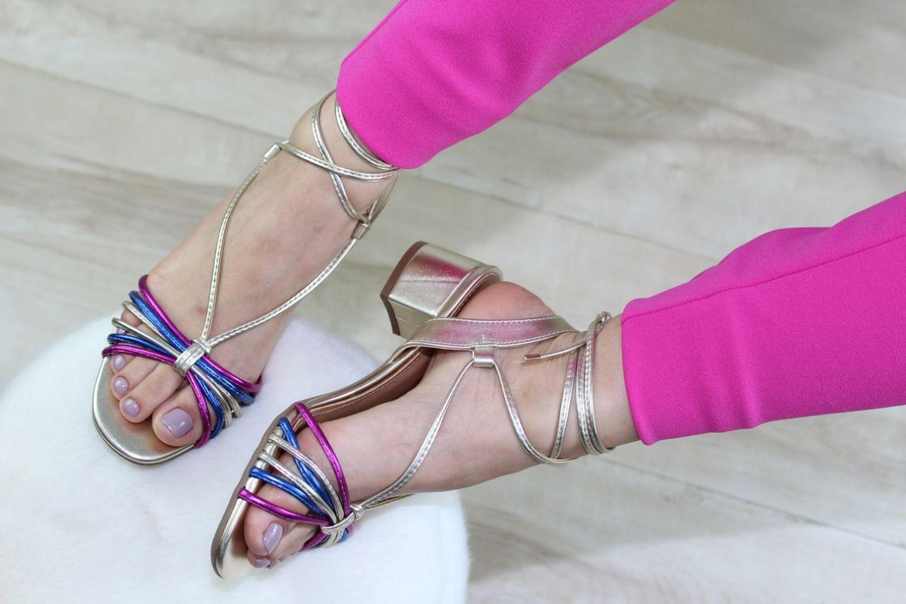 Sandália Luli Bico Redondo Dourada Tiras Coloridas Amarração