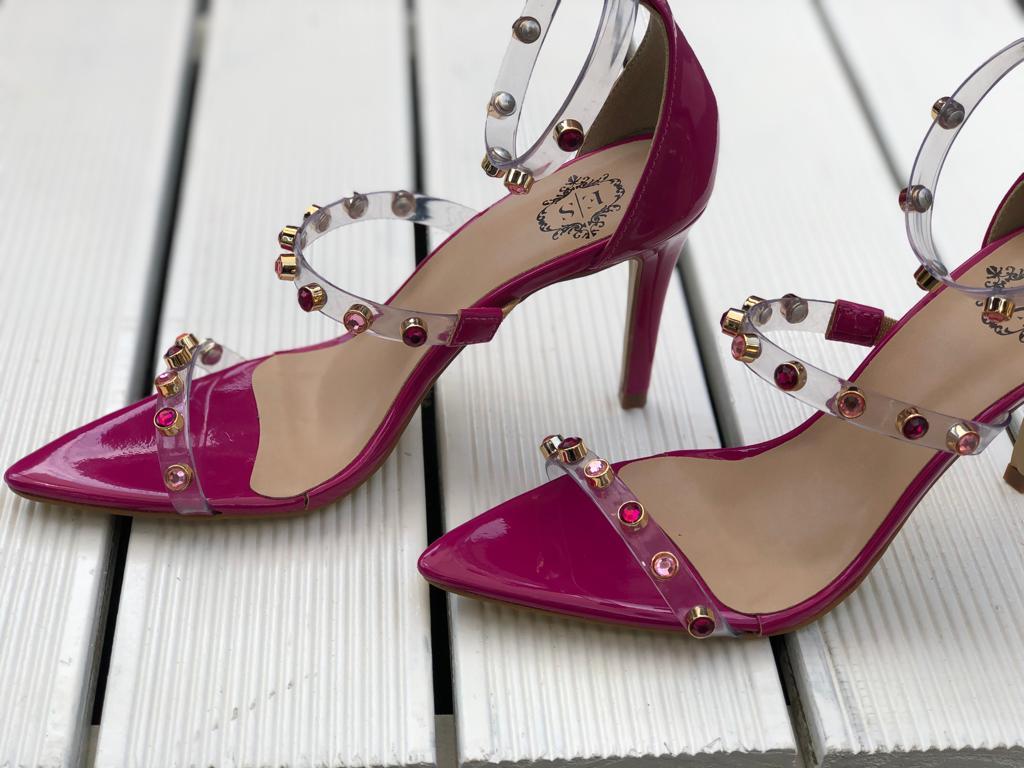Sandália Sofia Salto Fino Bico Folha Detalhes Vinil Pink