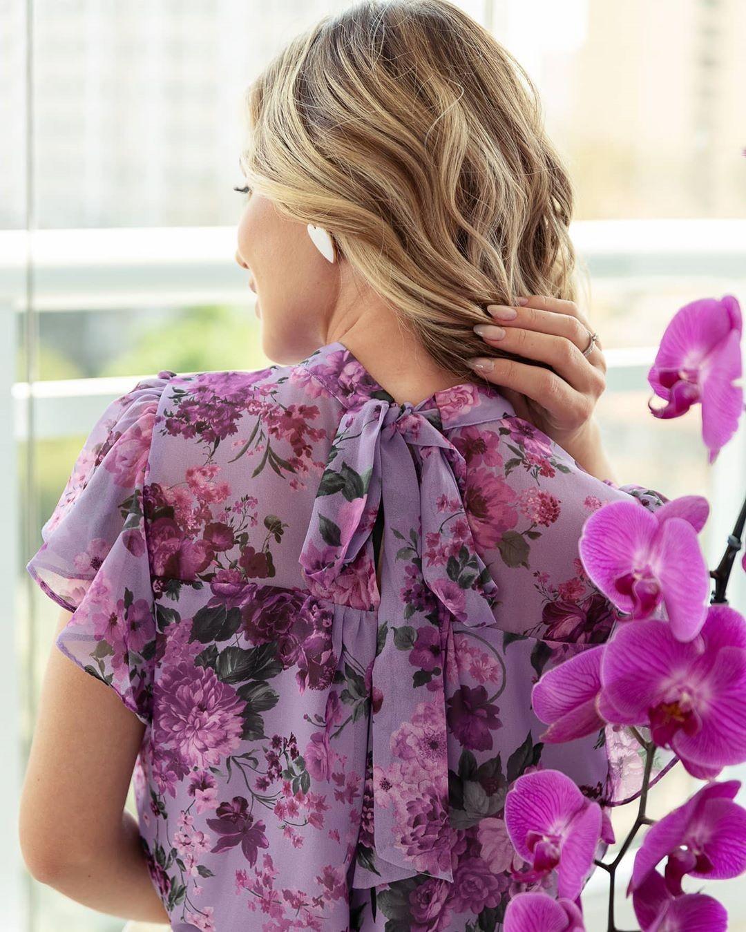 Blusa floral com gola laço