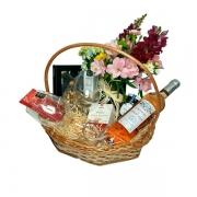 Cesta de Presente Especial com flores e taças