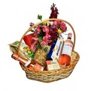 Cesta de Presente Love com arranjo de flores rosas
