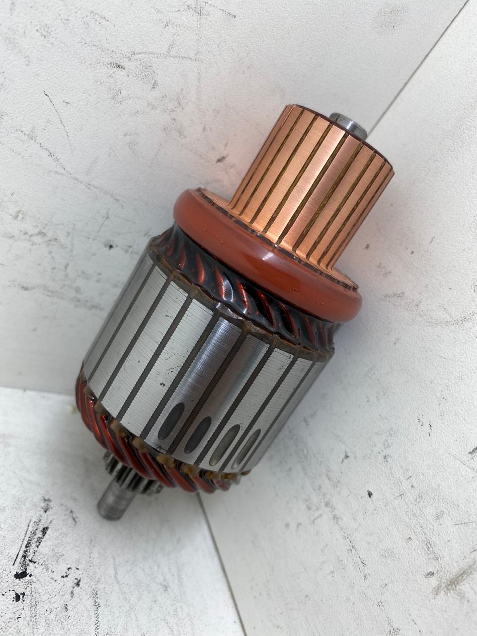 INDUZIDO DO ARRANQUE FIAT TORO Comprimento 121,5 mm Dentes/Estrias 15 Diâmetro da Massa 54 mm Diâmetro do Coletor 30 mm Lâminas 25 Voltagem 12V 4385 AEC4385