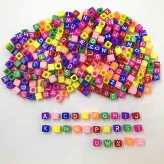 miçanga dado letras do alfabeto colorido com furo 6mm 200 unidades