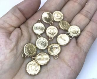 pingente medalha dourada dupla face 14x16mm 12 unidades