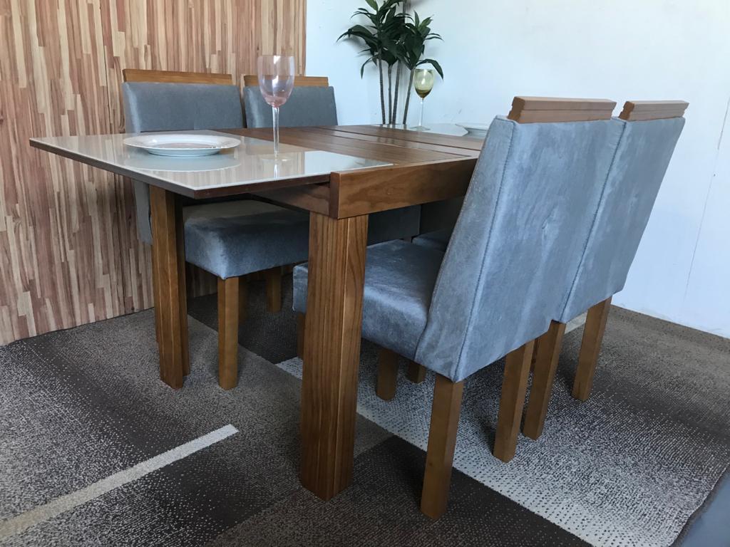 Sala de Jantar Mesa Elástica Londres Pinhão  Vidro Off White com 4 Cadeiras Gênova