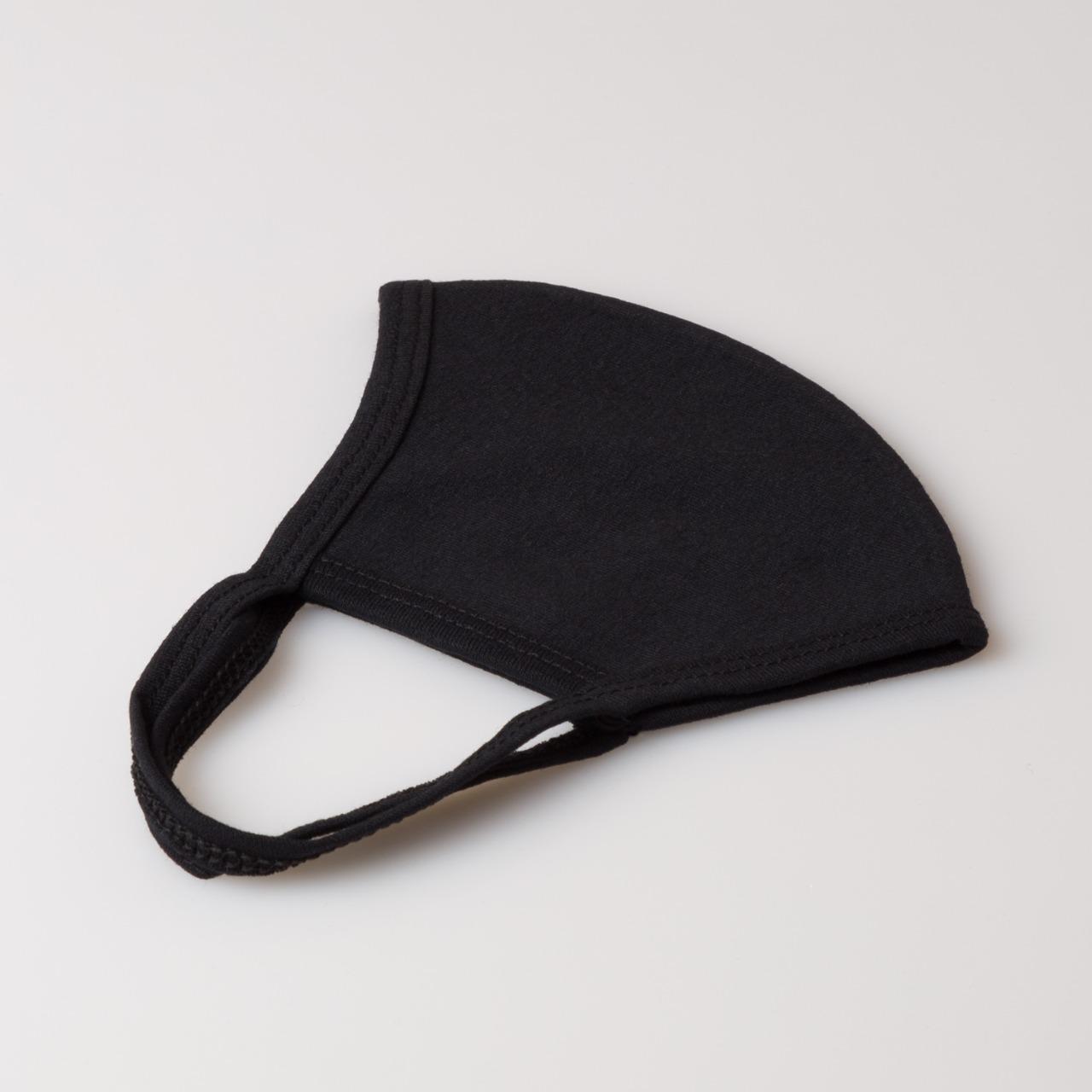 Máscara preta A encarnado