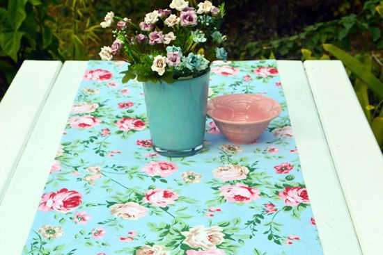 Caminho de Mesa Azul Claro com Estampa de Rosas Celeste