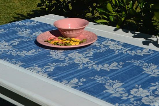 Caminho de Mesa Azul Jacquard Estampado com Flores Brancas com 4 Guardanapos Grátis