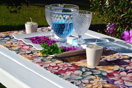 Caminho de Mesa Azul Marinho com Estampas Florais Coloridas Victorine com 4 Guardanapos Grátis