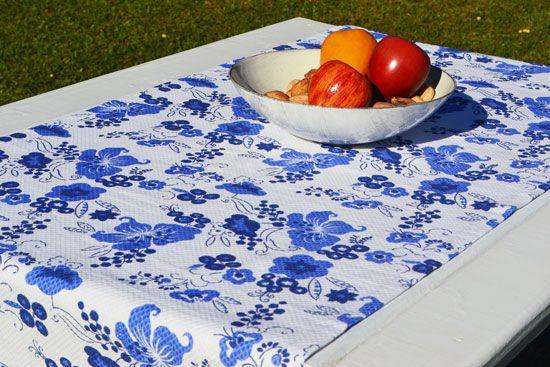 Caminho de Mesa Branco Piquet Estampado com Flores Azuis