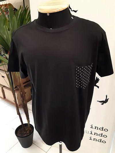 Camiseta Básica Masculina Preta com Bolso Pois