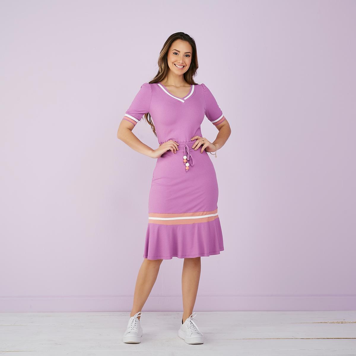 Vestido Flor Lilás,  na Malha Canela, Decote em V, Moda Evangélica - Tatá Martello
