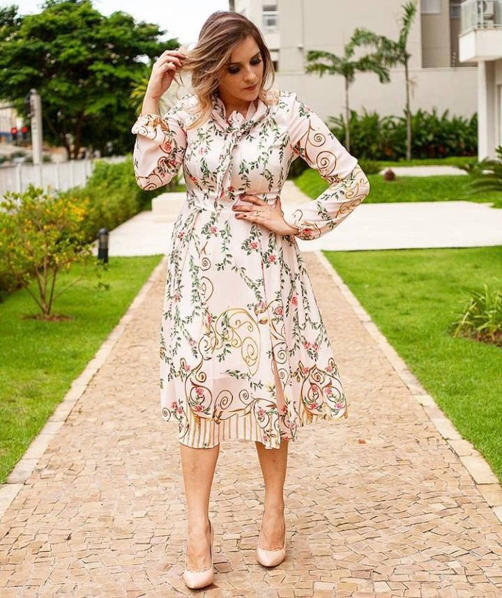 Vestido Jany Pim Midi Tecido Acetinado Estampado Com Laço Na Gola