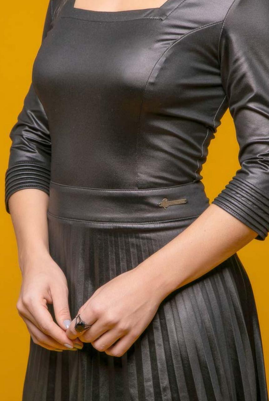 Vestido Plissado em Couro Cirrê - Via Tolentino