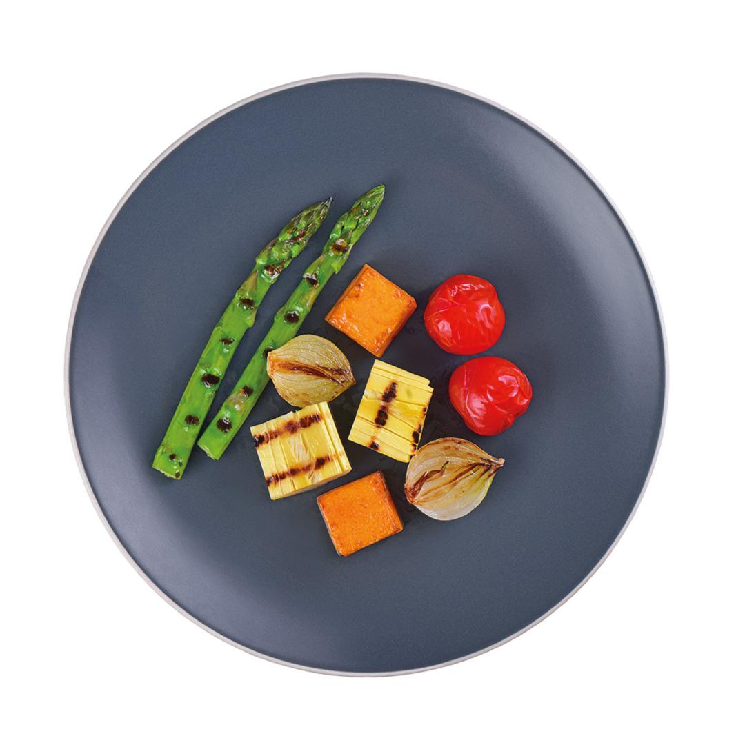 Salmão Grelhado, Arroz Negro com Pepitas de Girassol e Aspargos com Abóbora, Cebola e Tomate Confit (Prato)  - kük