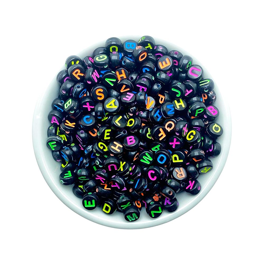 Miçanga Redonda Letras Colorida Alfabeto Fundo Preto 4*6mm - 25 Gramas