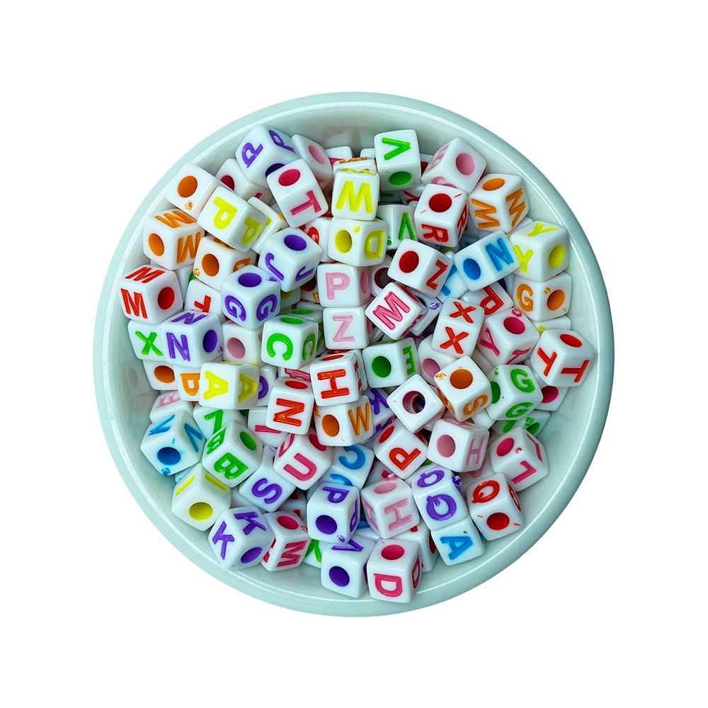 Miçanga Letras Alfabeto Fundo Branco 7mm com 25 Gramas