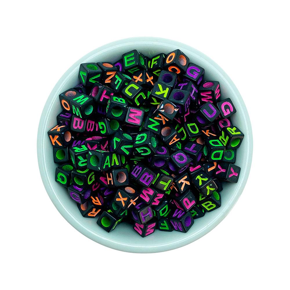 Miçanga Quadrada Letras Colorida Alfabeto Fundo Preto 6mm - 25 Gramas
