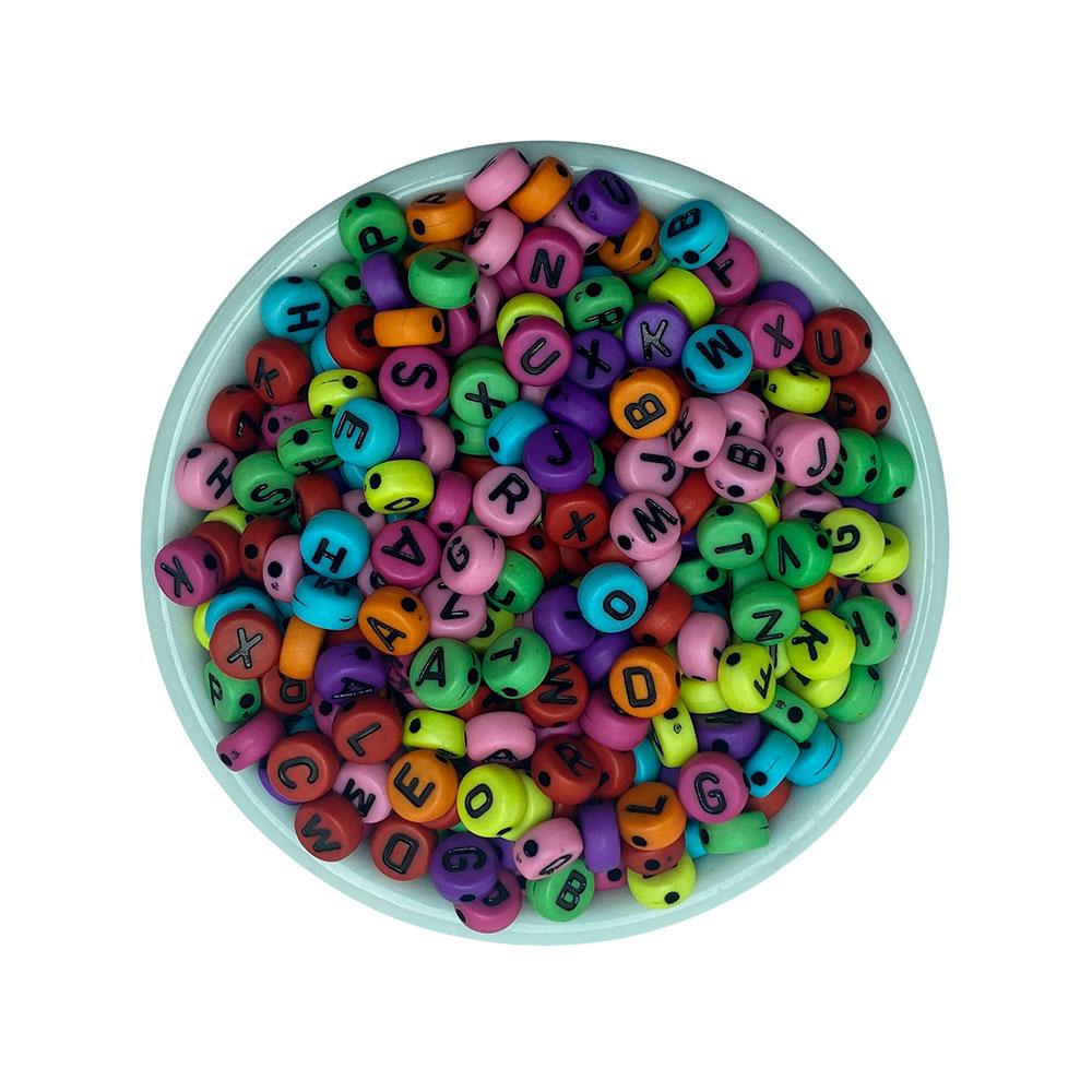 Miçanga Redonda Letras Alfabeto Fundo Colorido 4*6mm - 25 Gramas