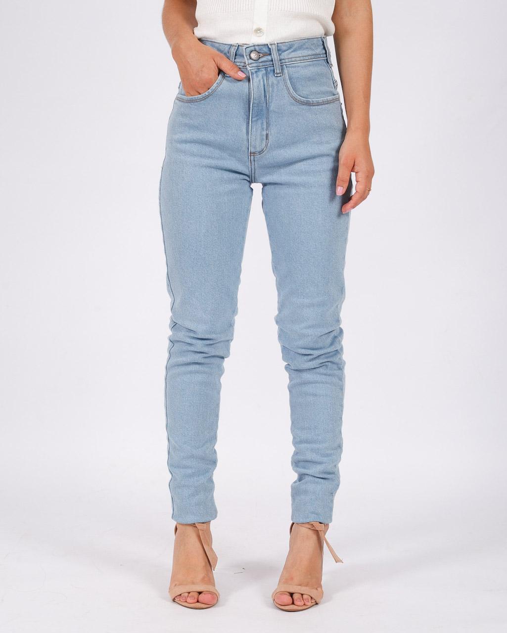 Calça Jeans Mom Com Barra a Fio Clara