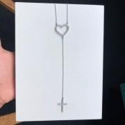 Colar Gravatinha Com Coração Vazado e Cruz Com Pedra Cristal