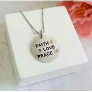Colar Medalha Escrito Faith, Love, Peace