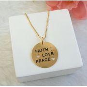Colar Medalha Escrito Faith, Love, Peace Envelhecido