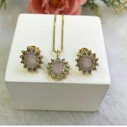 Conjunto Oval Com Pedra Rosa Leitosa E Micro Zircônias Em Volta
