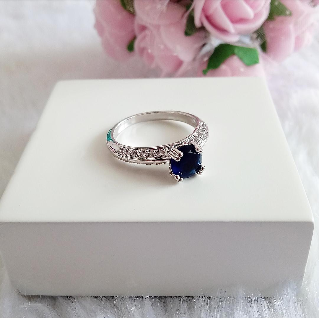 Anel Solitário Com Pedra Azul Safira e Micro Zircônias