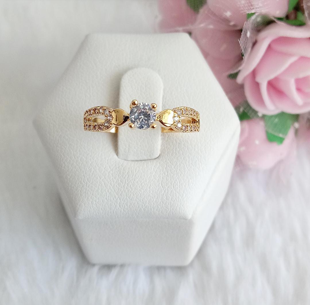 Anel Solitário Pedra Cristal E Detalhe Duplo Com Micro Zircônia