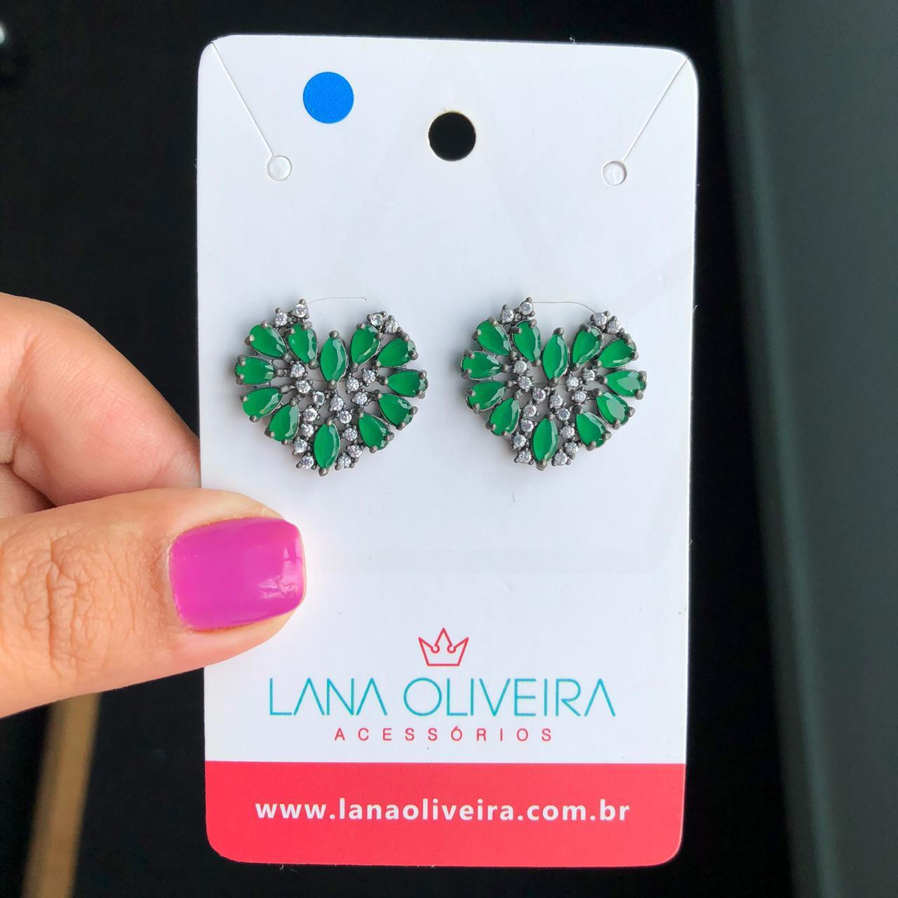 Brinco Coração Oval Com Pedra Cristal e Pedra Verde Esmeralda