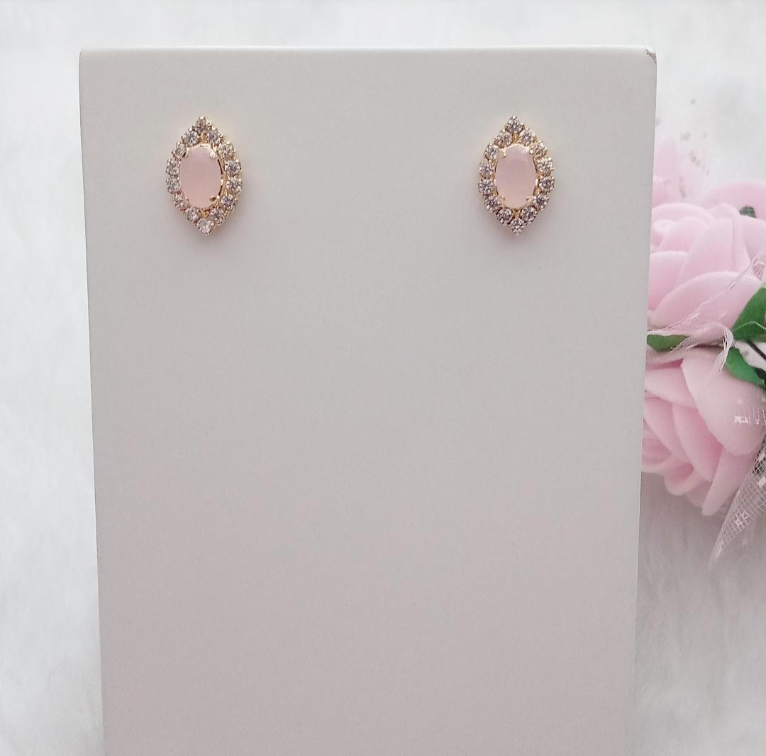Brinco Oval Com Zircônias e Pedra Rosa Leitoso