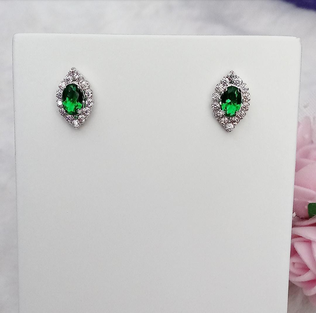 Brinco Oval Com Zircônias e Pedra Verde Esmeralda