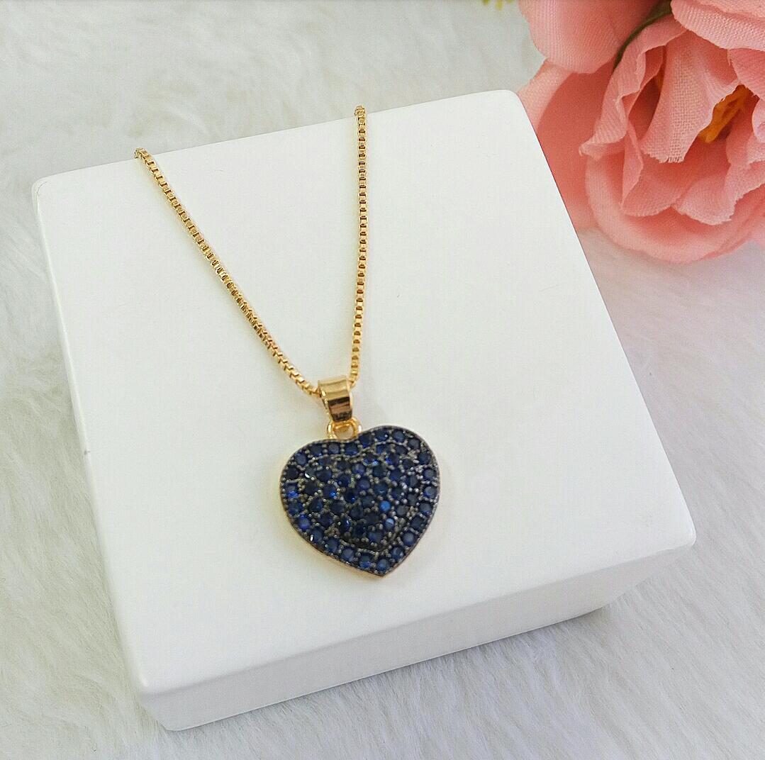 Colar Coração Com Detalhe Em Ródio Negro Com Pedras Pink, Azul Safira e Ônix