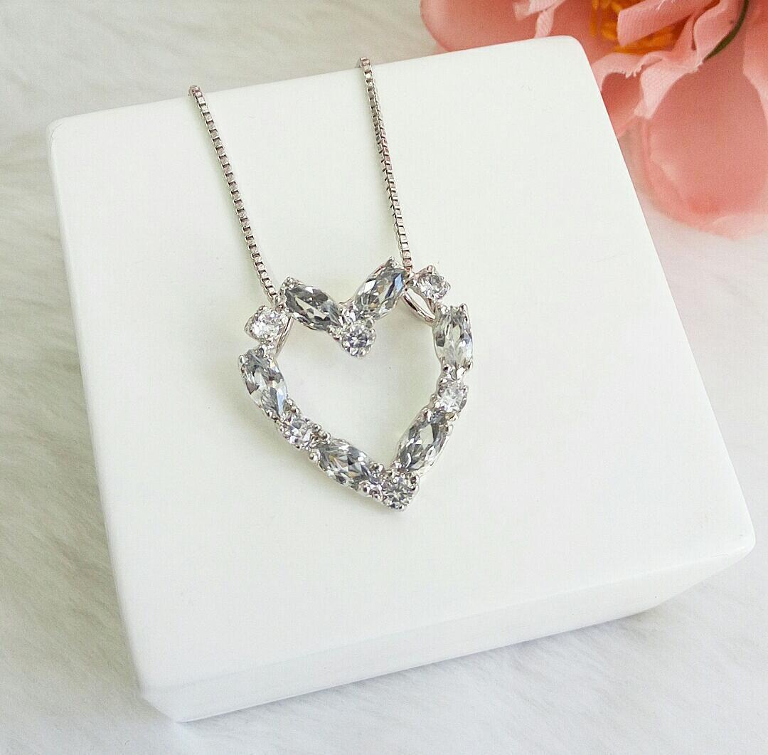 Colar Coração Vazado Com Pedra Cristal Navete