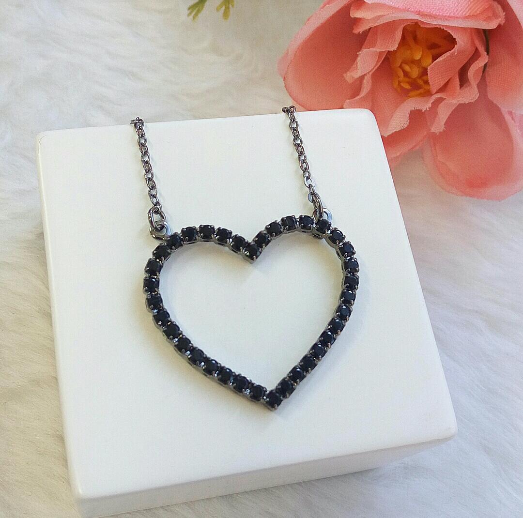 Colar Coração Vazado Com Pedra Ônix