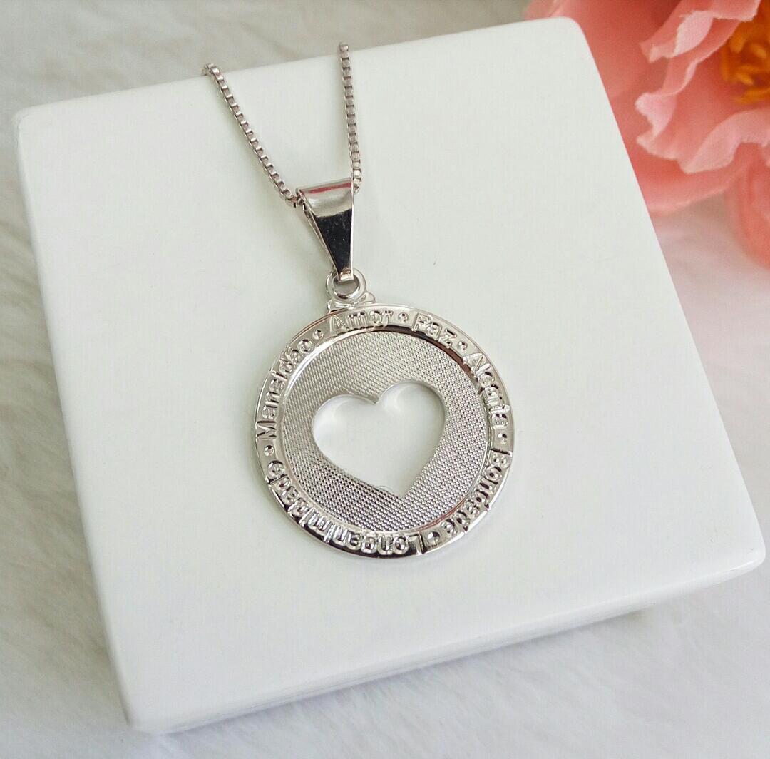 Colar Medalha Coração Vazado Escrito Amor, Paz E Alegria