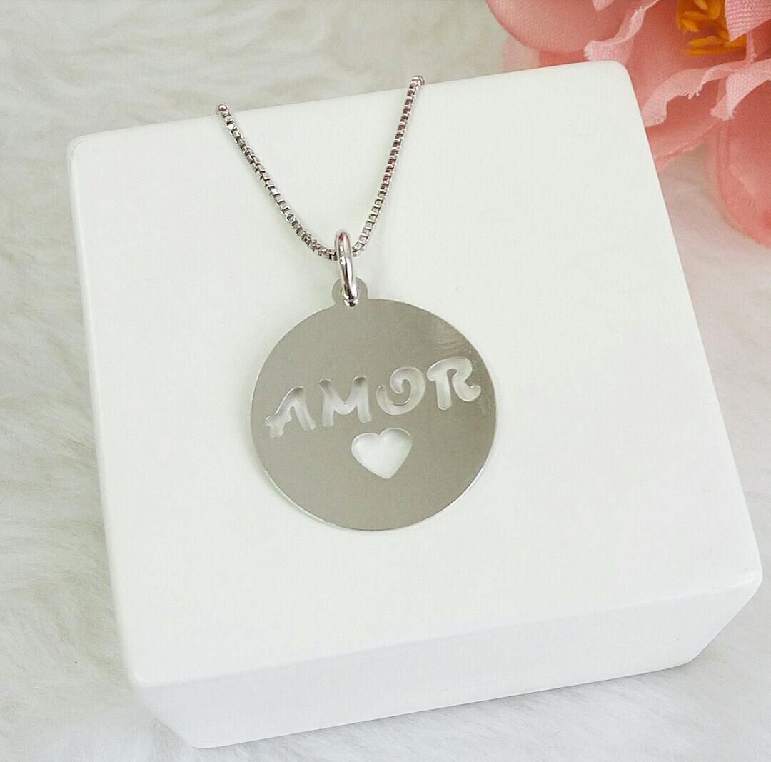 Colar Medalha Escrito Amor Com Coração Vazado