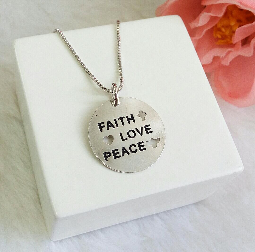 Colar Medalha Escrito Faith, Love, Peace